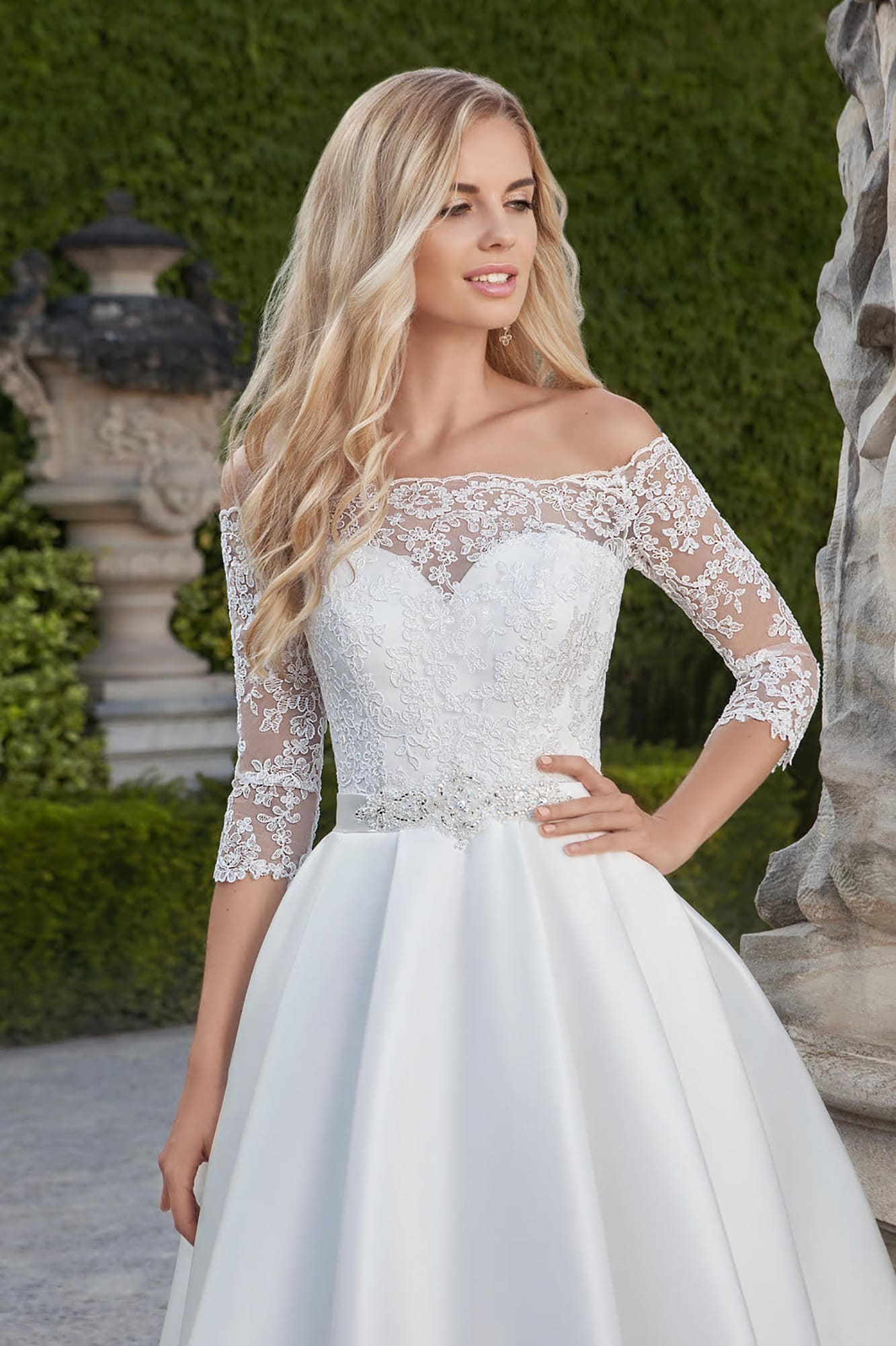194d1abba56 Короткое свадебное платье с атласной юбкой и элегантным кружевным верхом с  рукавом.