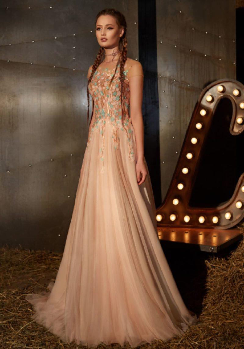 Прямое вечернее платье персикового цвета с цветочной отделкой по закрытому корсету.