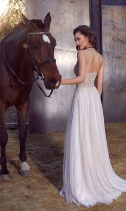 Нежное вечернее платье прямого кроя с бежевым открытым корсетом и многослойной белой юбкой.