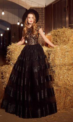 Пышное вечернее платье черного цвета с полупрозрачной юбкой и элегантным коротким рукавом.