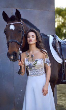 Романтичное вечернее платье нежного голубого цвета с цветочной вышивкой и шнуровкой на спине.