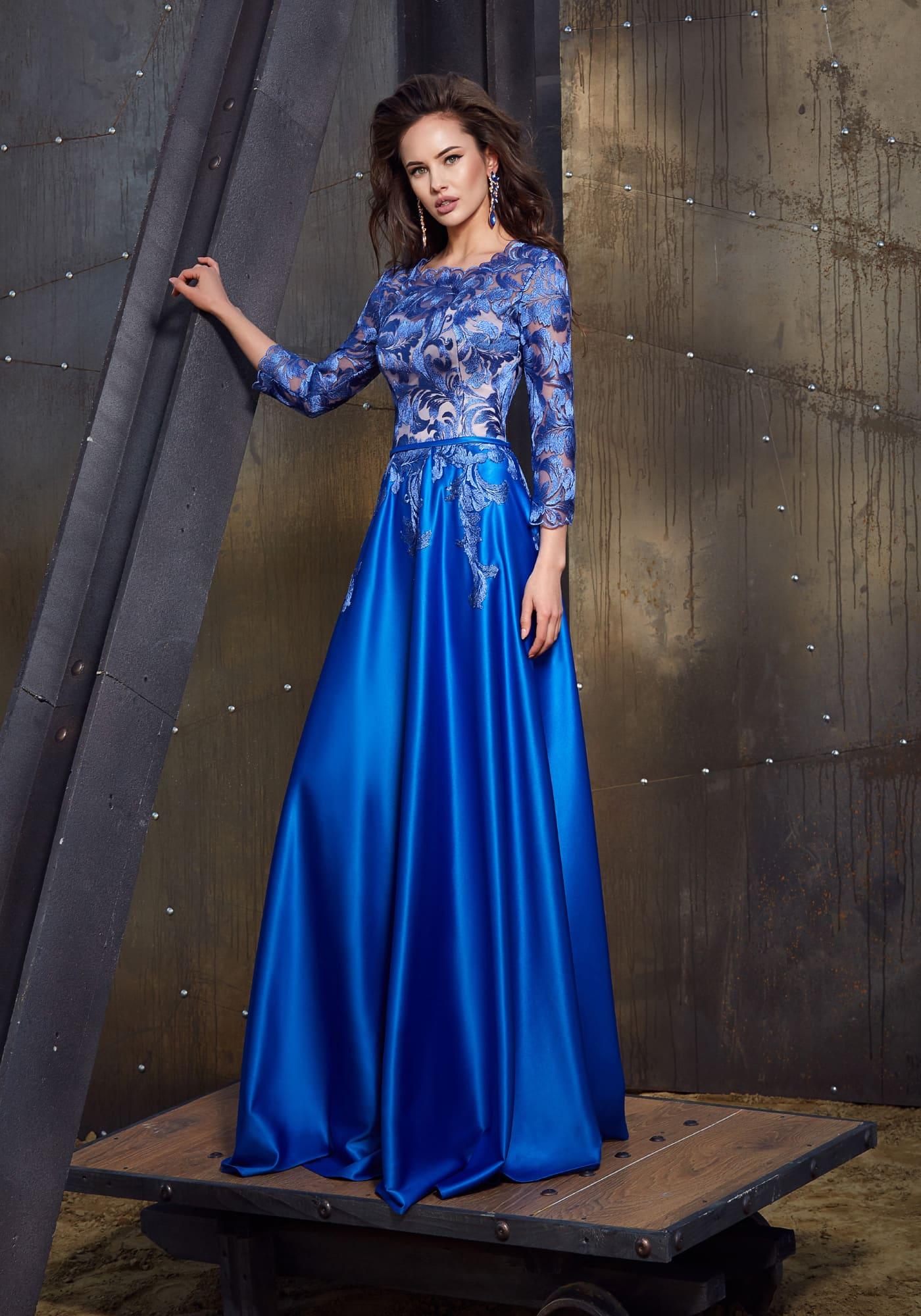 Яркое синее вечернее платье элегантного А-силуэта, с длинным рукавом и цветочным декором.