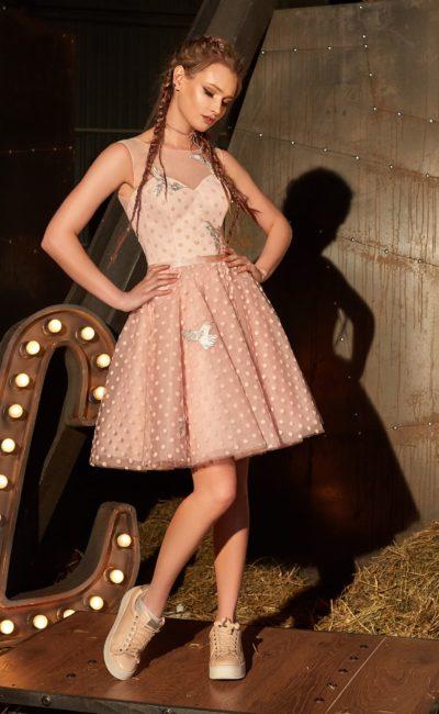 Короткое вечернее платье розового цвета с лифом в форме сердца и многослойной юбкой.