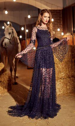Темно-синее вечернее платье прямого кроя с оригинальными рукавами и прозрачной юбкой.