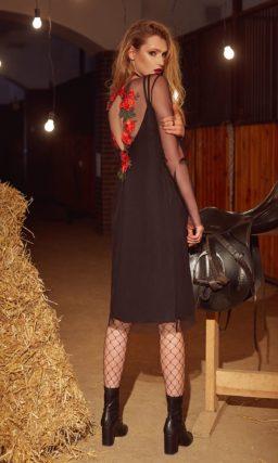 Черное вечернее платье прямого кроя с полупрозрачными рукавами и яркими аппликациями.