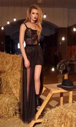 Соблазнительное вечернее платье с длинной прозрачной юбкой с разрезом и эффектным декольте.