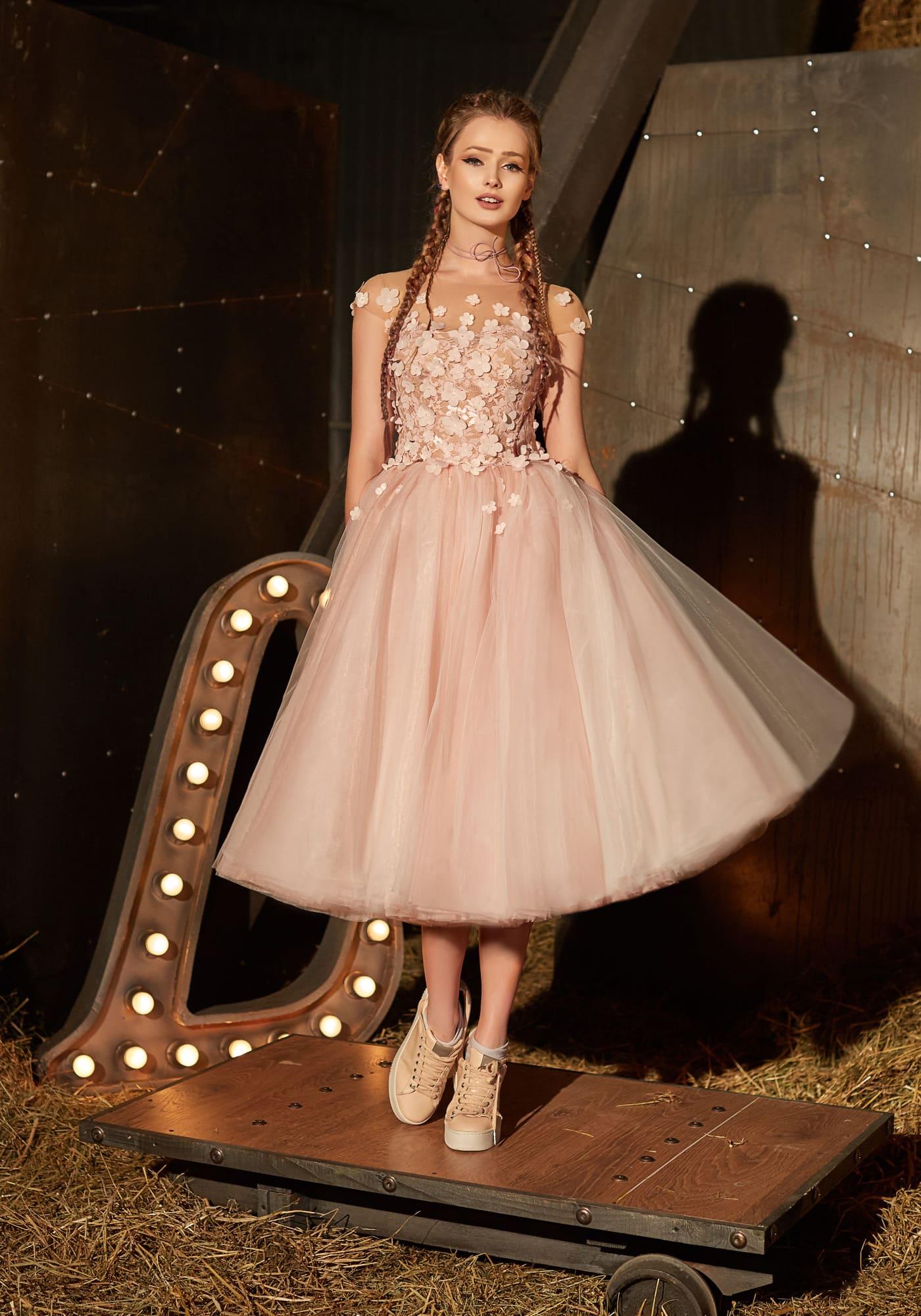 114b14397a246a2 Романтичное вечернее платье с пышной юбкой миди и лифом, оформленным  аппликациями.