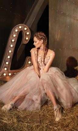 Романтичное вечернее платье с пышной юбкой миди и лифом, оформленным аппликациями.