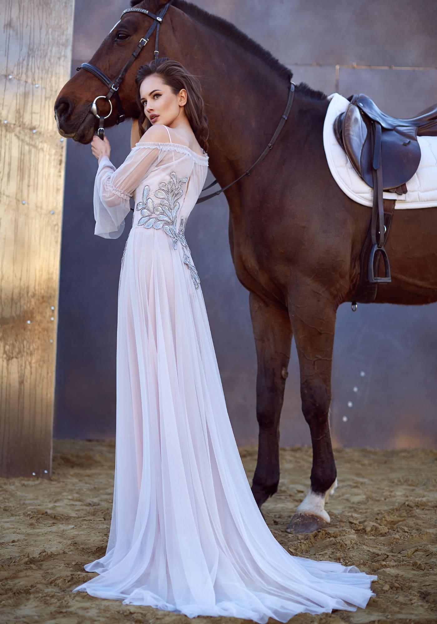 Изысканное бело-розовое вечернее платье прямого кроя с длинным полупрозрачным рукавом.