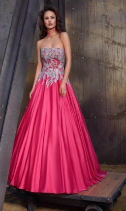 Розовое вечернее платье пышного кроя из плотной атласной ткани, украшенное аппликациями.