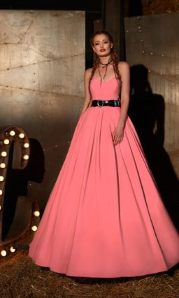 Великолепное вечернее платье розового цвета с открытым лифом и черным поясом на талии.