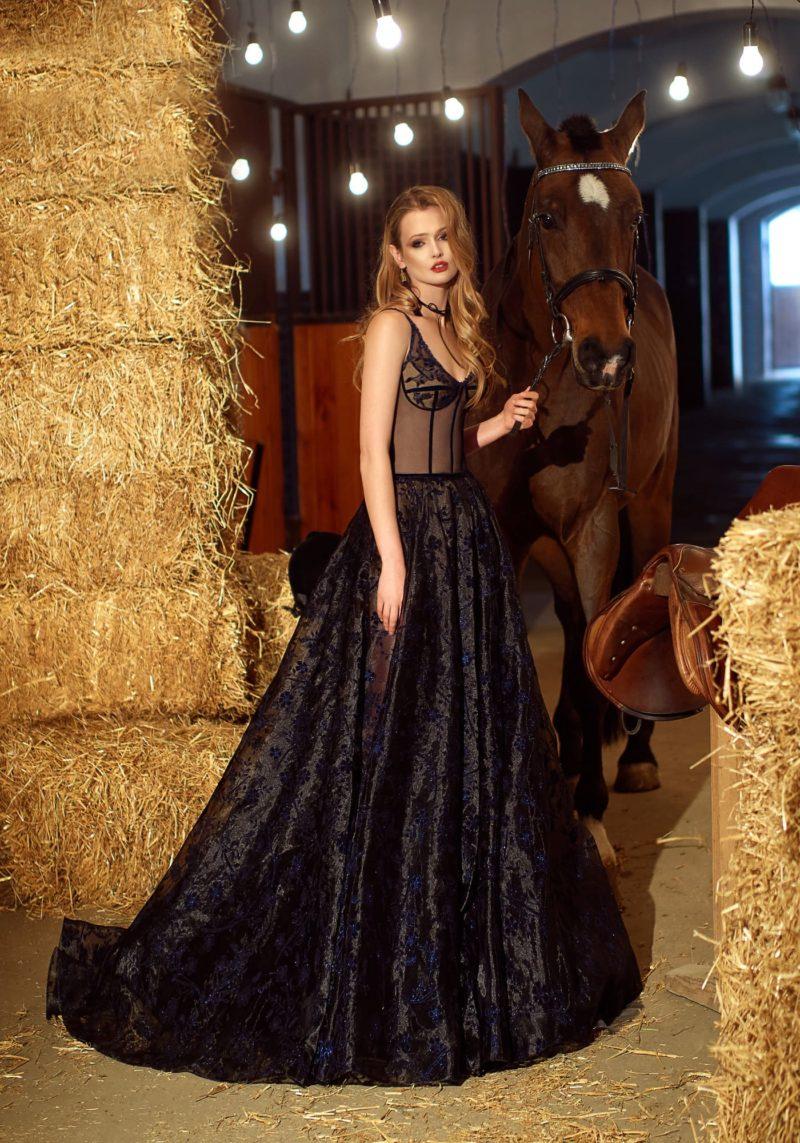 Чувственное вечернее платье с корсетом на бежевой подкладке и пышной черной юбкой.
