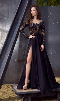 Стильное вечернее платье черного цвета с кружевным лифом и высоким разрезом сбоку на юбке.