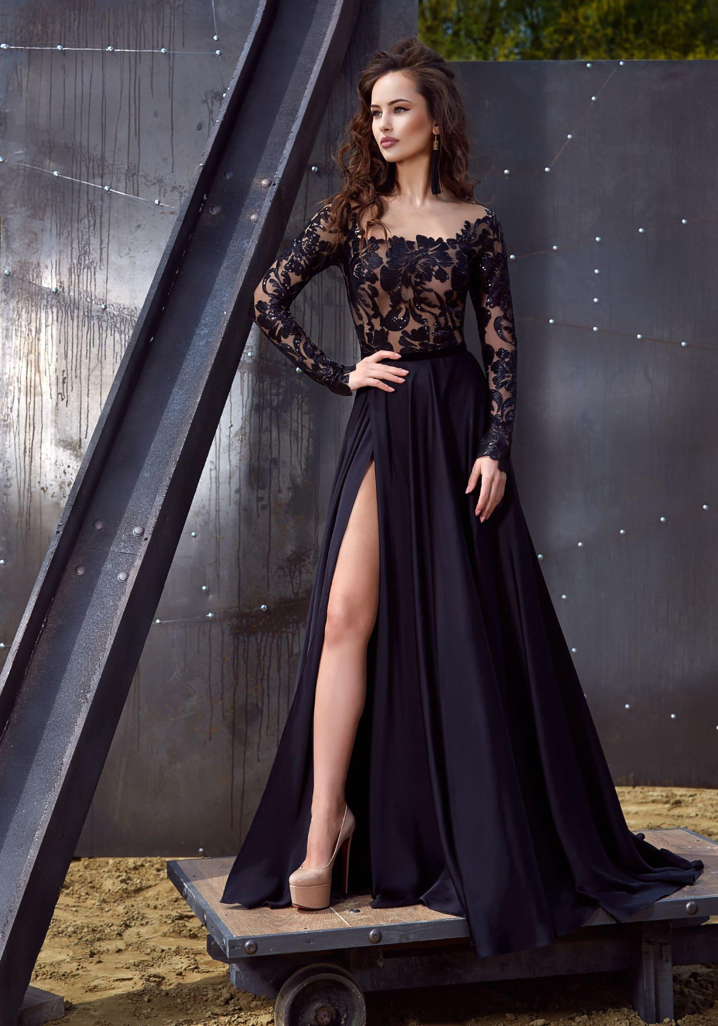 db35cc72ebc Стильное вечернее платье черного цвета с кружевным лифом и высоким разрезом  сбоку на юбке.