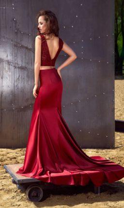 Облегающее вечернее платье насыщенного красного цвета с коротким лифом и небольшим шлейфом.