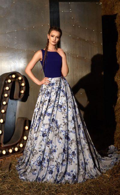 Закрытое вечернее платье с синим лифом и великолепной пышной юбкой с цветочным узором.
