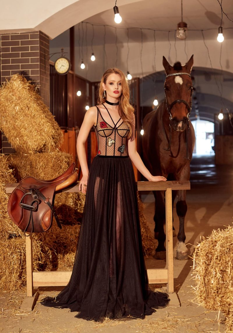 Черное вечернее платье с иллюзией прозрачности, аппликациями и разрезами по длинной юбке.