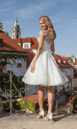 Короткое свадебное платье с тонкой вставкой над лифом-сердечком и пышной юбкой до колена.