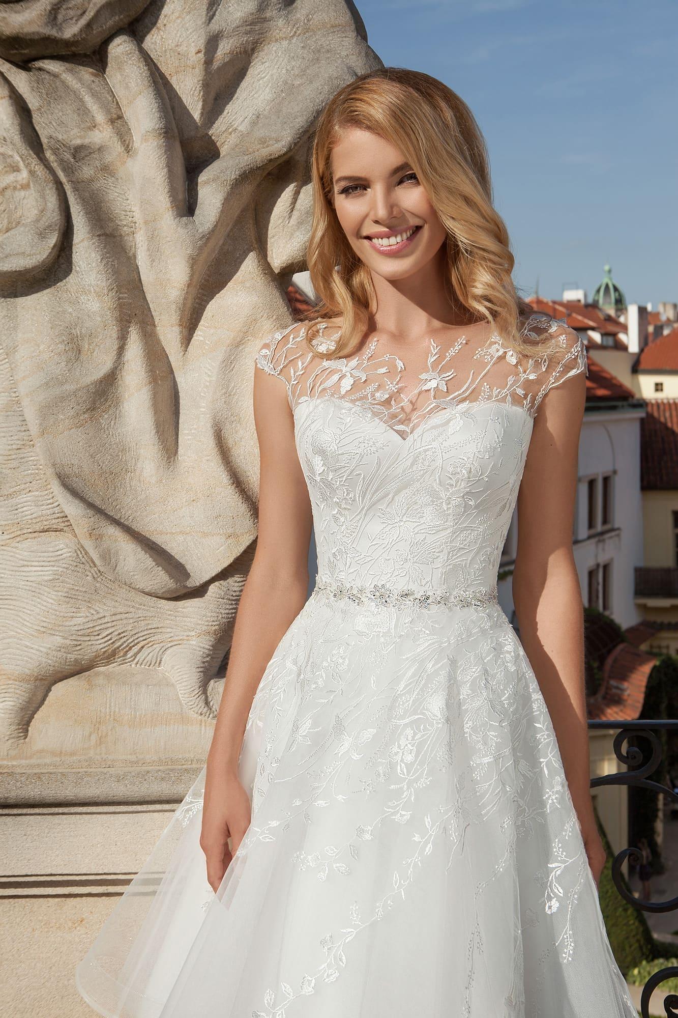880ea3cd9f4 Короткое свадебное платье с тонкой вставкой над лифом-сердечком и пышной  юбкой до колена.