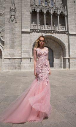 Розовое вечернее платье «русалка» с романтичным объемным декором и юбкой из тюльмарина.