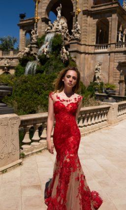 Облегающее красное платье с эффектным кружевным декором и юбкой из бежевой ткани.