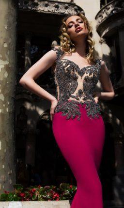 Вечернее платье с бордовой юбкой кроя «русалка» и серебристым декором лифа.
