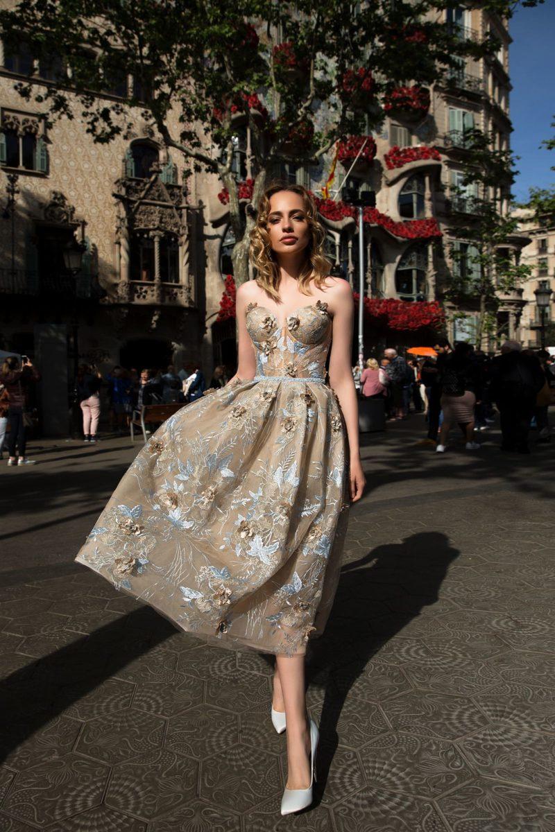 Бежевое вечернее платье с открытым лифом и эффектной пышной юбкой длины миди с кружевом.