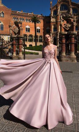Великолепное розовое вечернее платье с юбкой А-силуэта из атласа и фактурным декором верха.