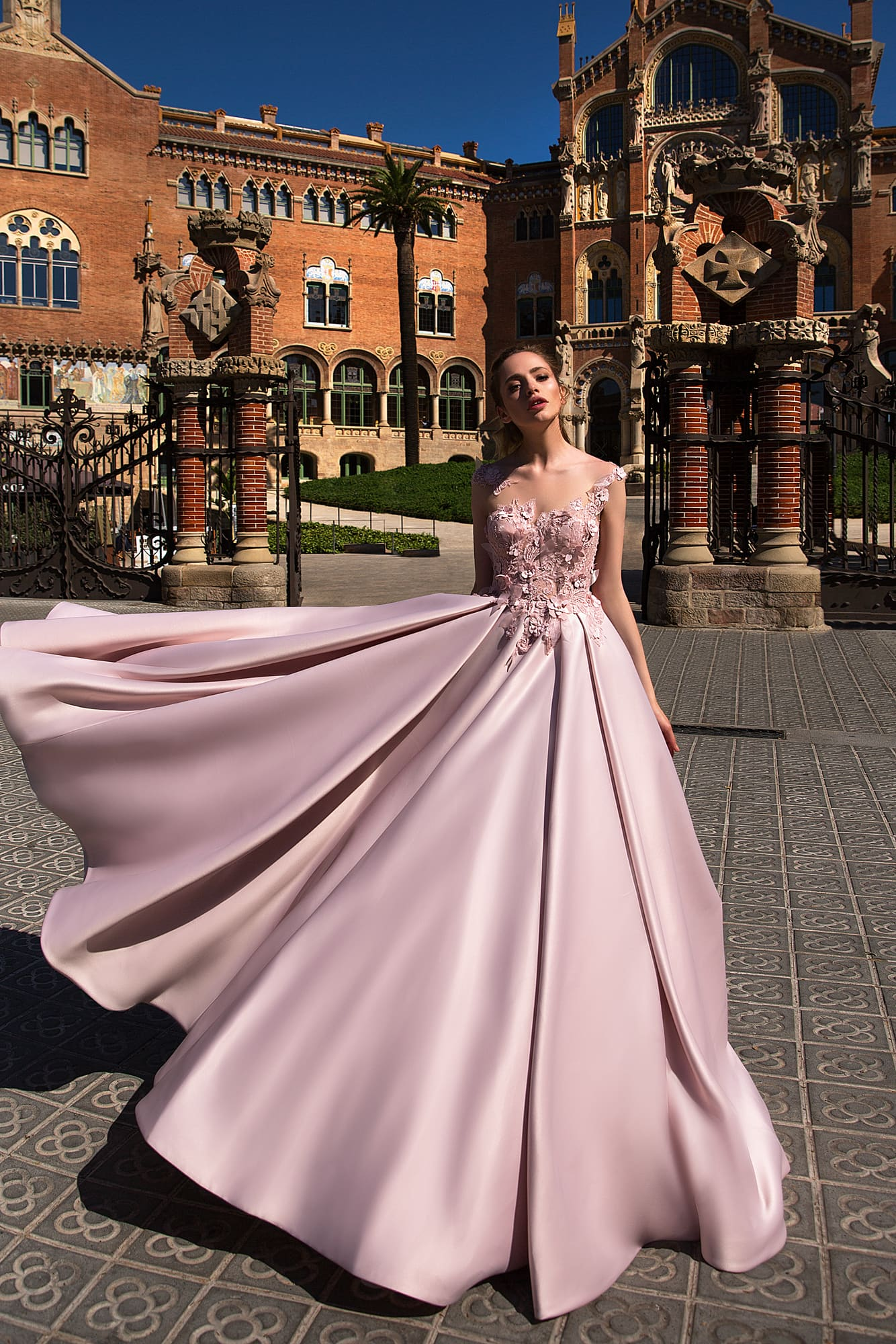 Великолепное розовое вечернее платье с юбкой А-силуэта из атласа и  фактурным декором верха. d18bde1f51a