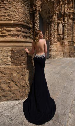 Облегающее вечернее платье черного цвета с открытым корсетом, украшенным бисерным шитьем.