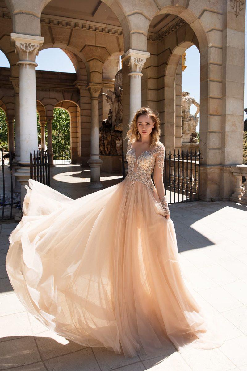 Персиковое вечернее платье прямого кроя с многослойной юбкой из тюльмарина и длинным рукавом.