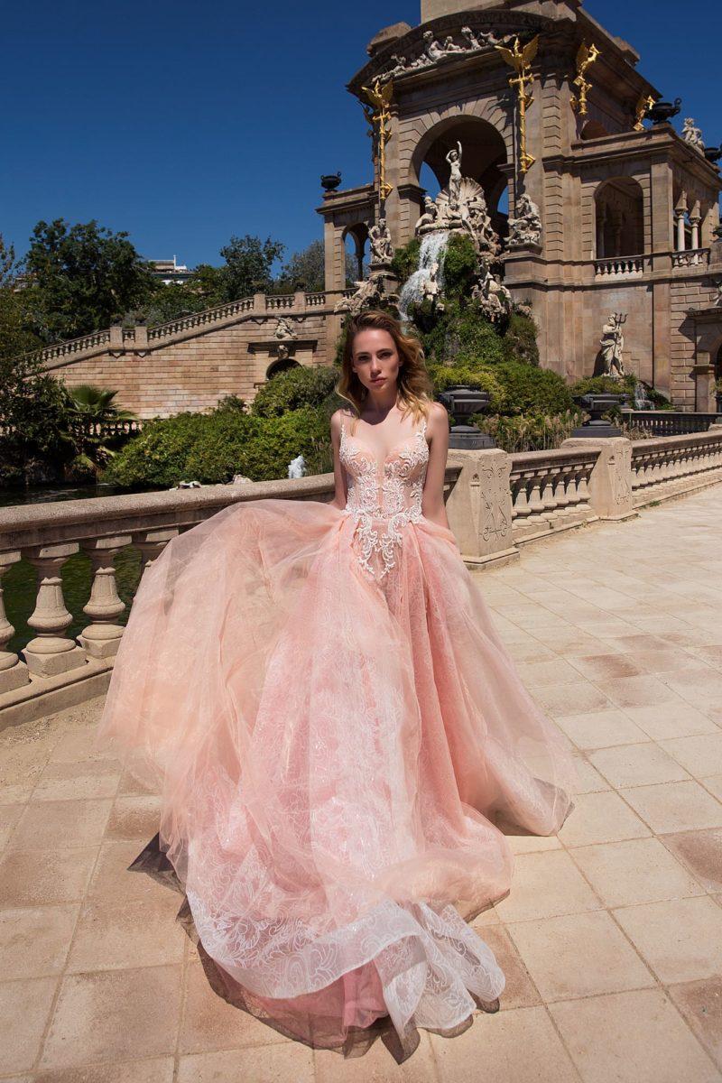 Розовое вечернее платье прямого силуэта, созданное из полупрозрачной фактурной ткани.