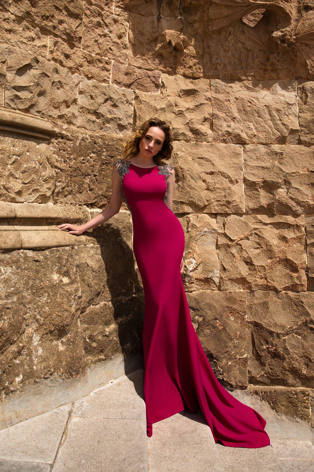 Облегающее вечернее платье насыщенного винного цвета с сияющей бисерной отделкой по лифу.