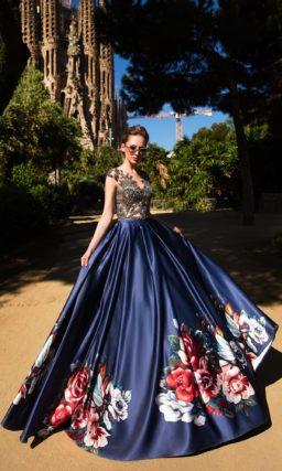 Впечатляющее вечернее платье со сверкающим декором корсета и атласной синей юбкой.