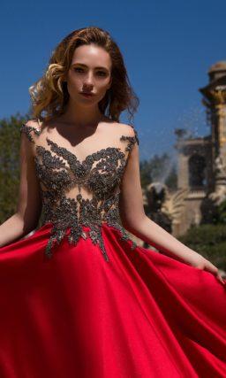 Стильное вечернее платье с полупрозрачным лифом с бисером и яркой атласной юбкой красного цвета.
