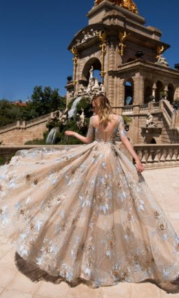 Бежевое вечернее платье А-силуэта с элегантным декольте и романтичной цветочной вышивкой.