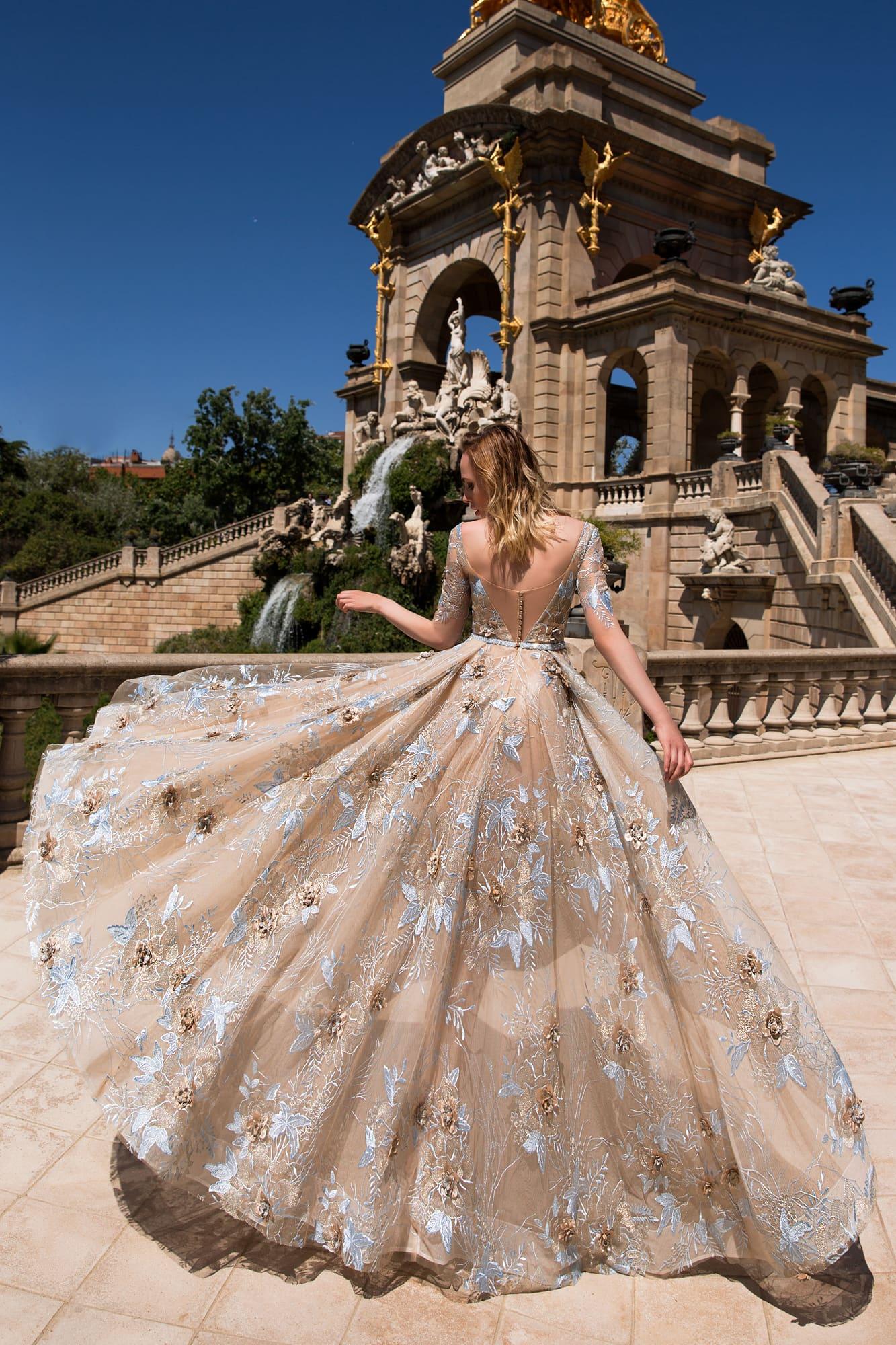 Бежевое вечернее платье с элегантным декольте и романтичной цветочной вышивкой.