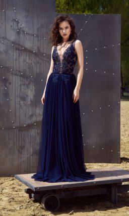 Темно-синее вечернее платье с многослойной прямой юбкой и V-образным декольте на лифе.