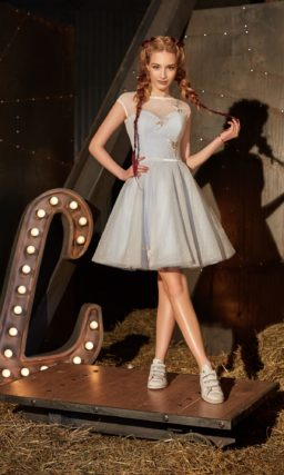 Закрытое вечернее платье голубого цвета с тонкой вставкой над лифом и коротким рукавом.
