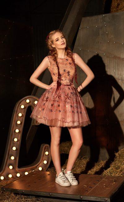 Короткое вечернее платье красного цвета с закрытым лифом и сияющей отделкой корсета.