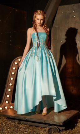 Атласное вечернее платье голубого цвета с юбкой А-силуэта и розовой цветочной отделкой.