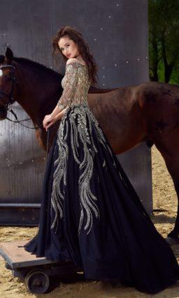 Пышное вечернее платье с многослойной черной юбкой и роскошным золотистым лифом.