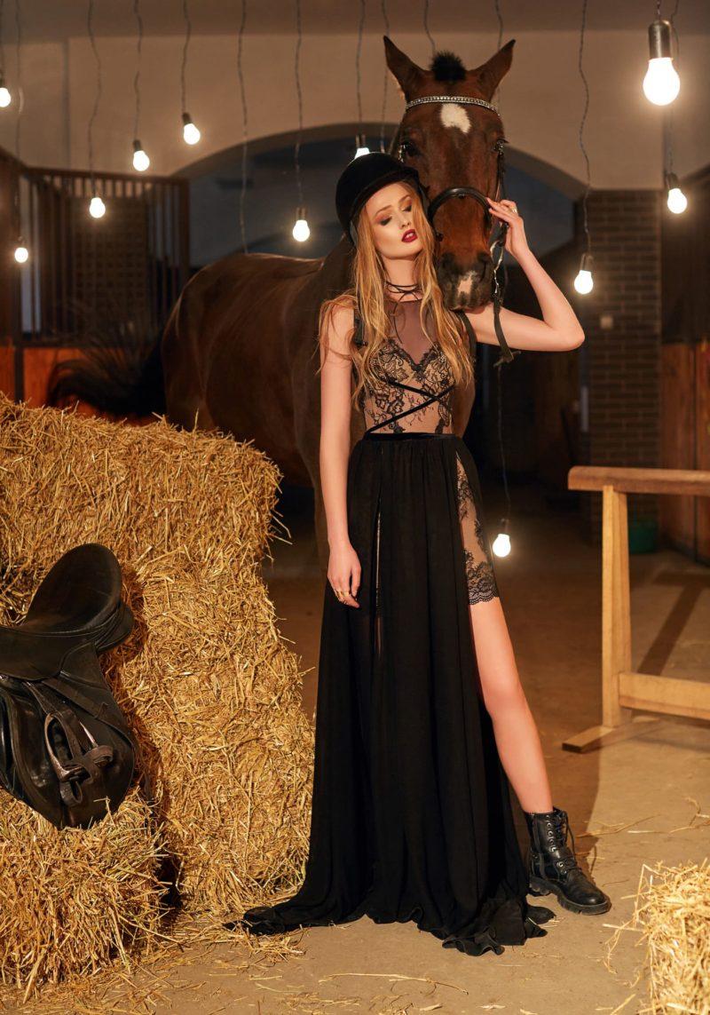 Стильное вечернее платье черного цвета с эффектными кружевными подкладкой и корсетом.