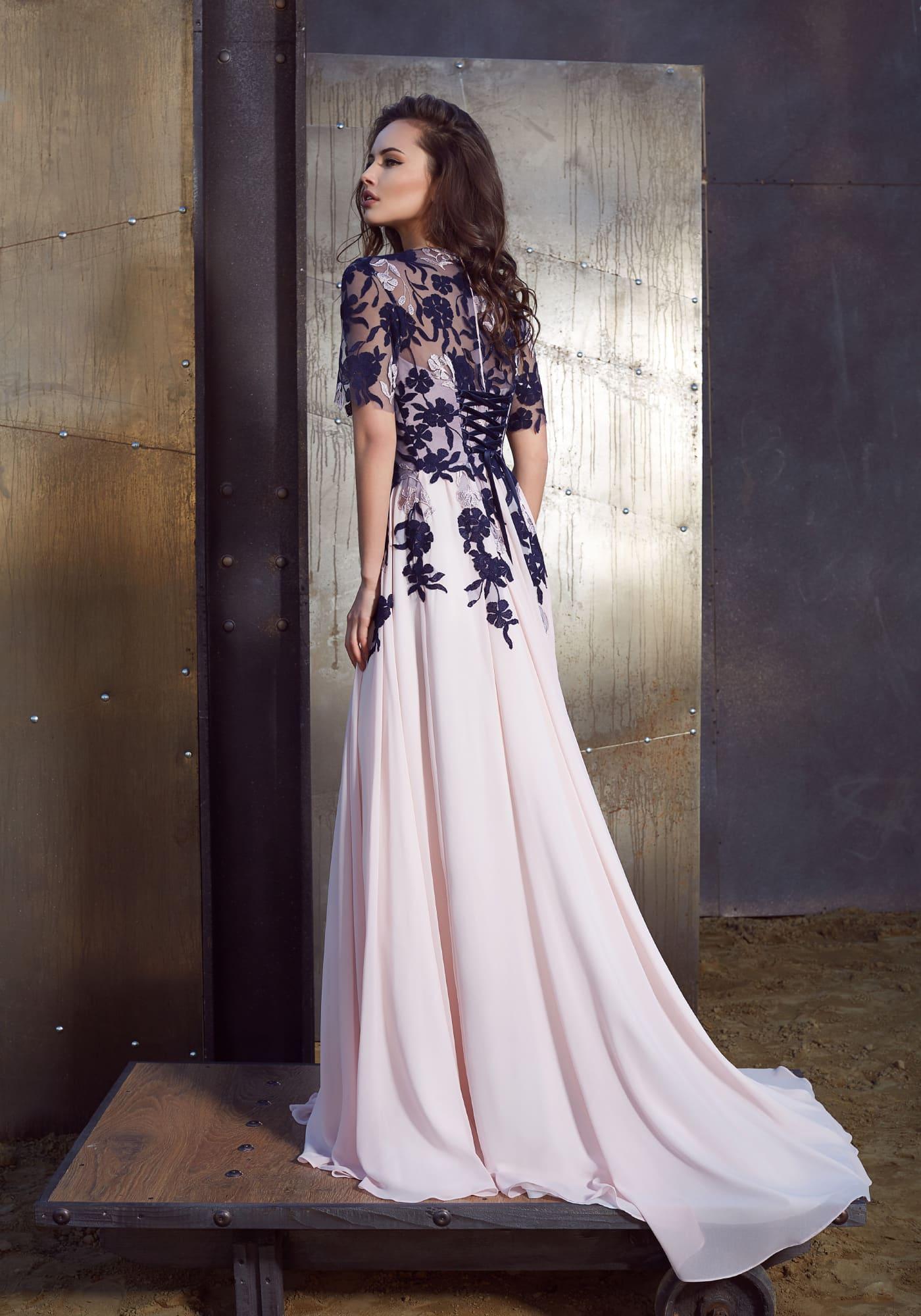 Розовое вечернее платье с элегантным вырезом, коротким рукавом и декором из аппликаций.