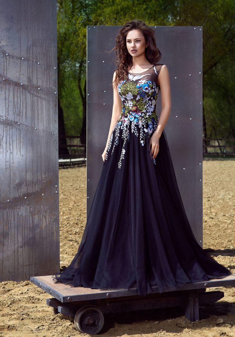 Стильное темно-синее вечернее платье «принцесса» с закрытым лифом и цветочной вышивкой.