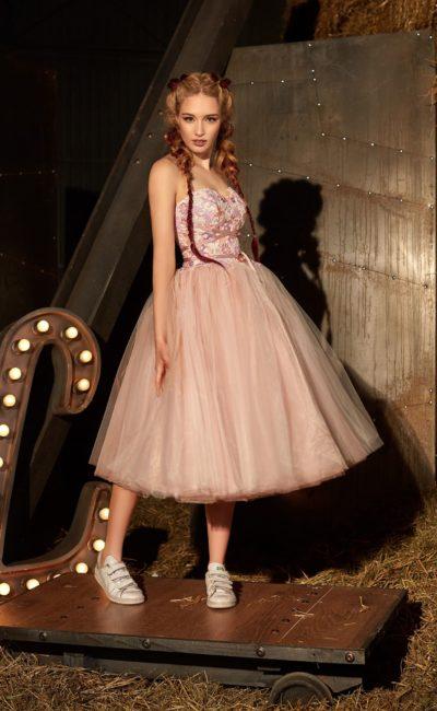 Персиковое вечернее платье с открытым корсетом и пышной многослойной юбкой длины миди.