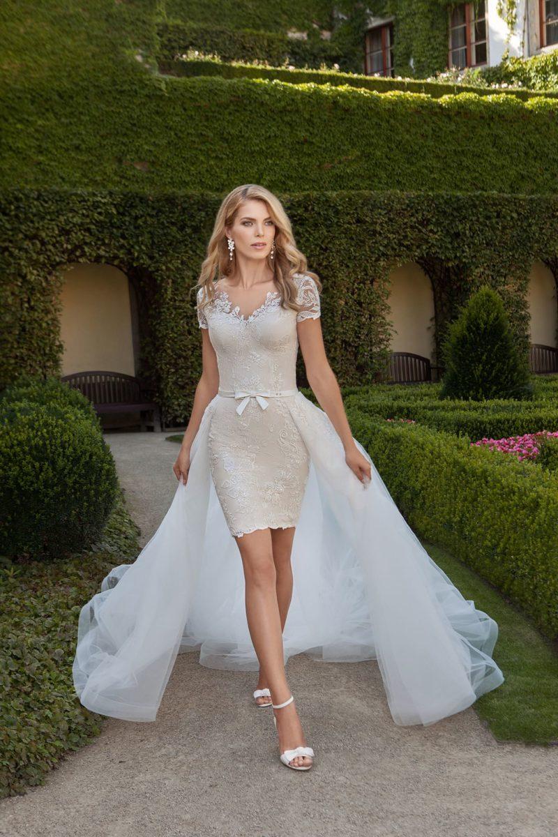 Бежевое свадебное платье-футляр с оригинальной верхней юбкой из белоснежного тюльмарина.