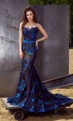 Черное вечернее платье силуэта «русалка» с открытым лифом и отделкой синими аппликациями.