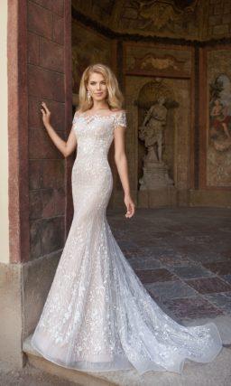 Свадебное платье «рыбка» на бежевой подкладке, с коротким рукавом и длинным ажурным шлейфом.