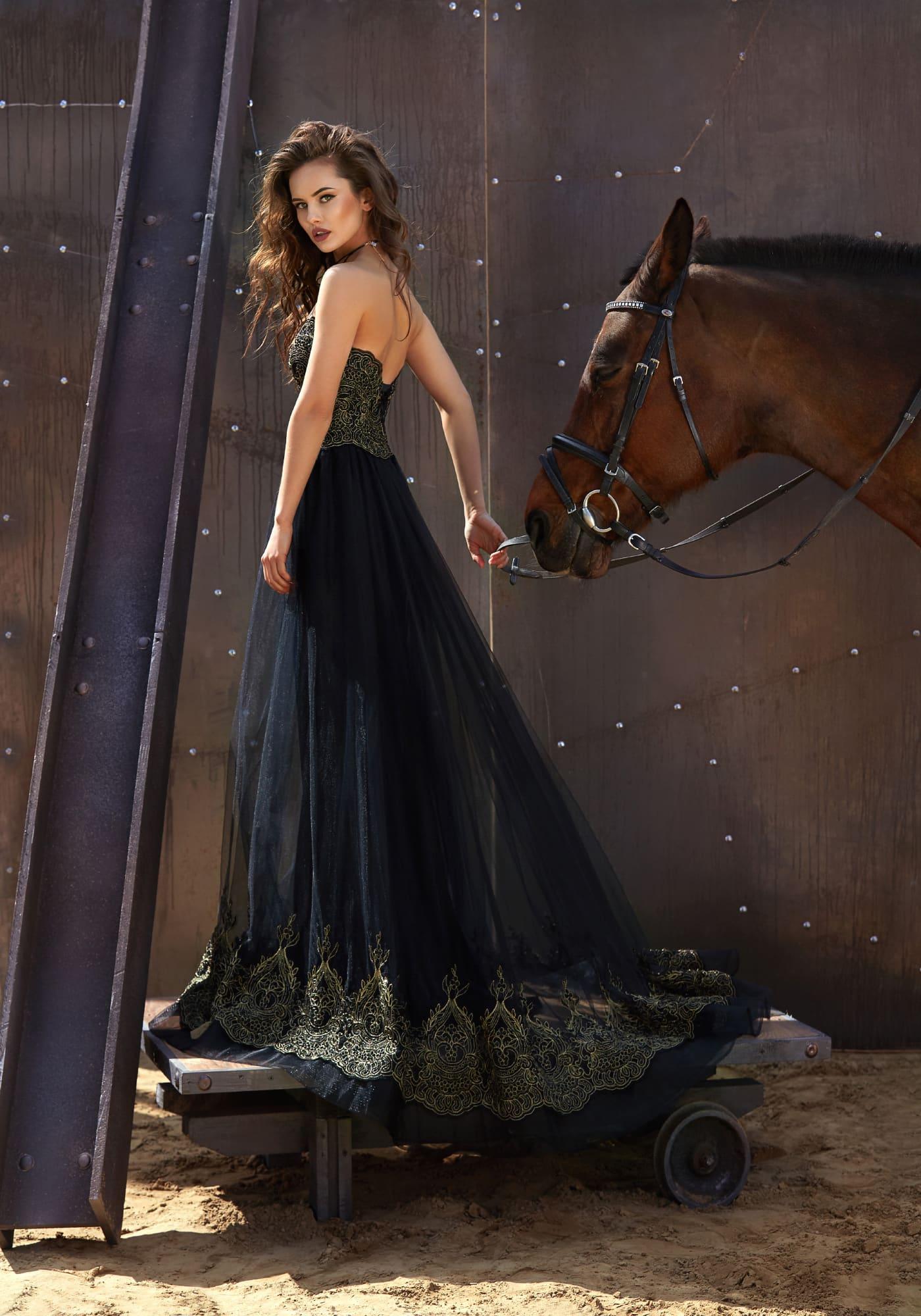 Эффектное черное вечернее платье с открытым корсетом, покрытым нежной золотой вышивкой.
